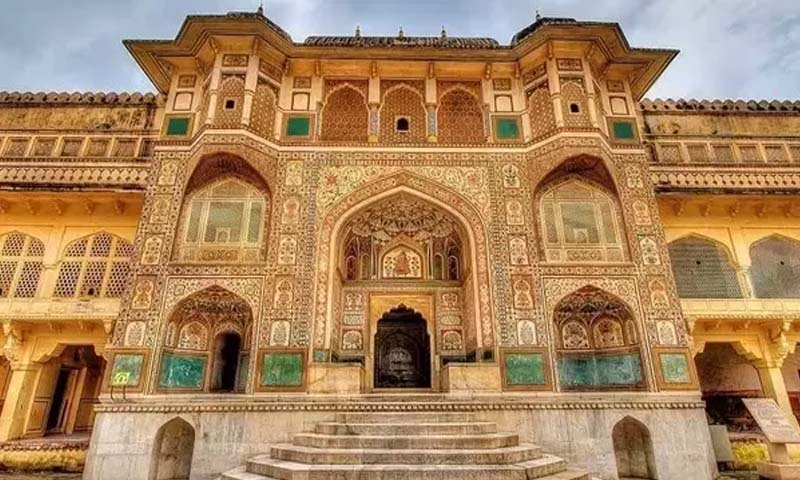 Located in the Lalgarh Palace Complex, Bikaner, Rajasthan, Laxmi Niwas Palace was built for Sir Ganga Singh in 1904. It elegantly shows off Indo-Saracenic style, and was seen as Rajput Prince Vikram Singh Rathore played by Fawad Khan's Mahal in the Sonam Kapoor starrer Disney Khoobsurat. The movie revolves around the love story between happy-go-lucky physiotherapist and royal Rajput prince. Made from sandstone, the palace was designed by Sir Samuel Swinton Jacob. It has huge corridors, antique paintings and the best part is that half of the palace has been converted into a heritage hotel so you can enjoy the regal interiors during your stay. The room tariff starts at Rs. 5000 per night. • Yeh Jawani Hai Deewani- The Oberoi Udaivilas Udaipur